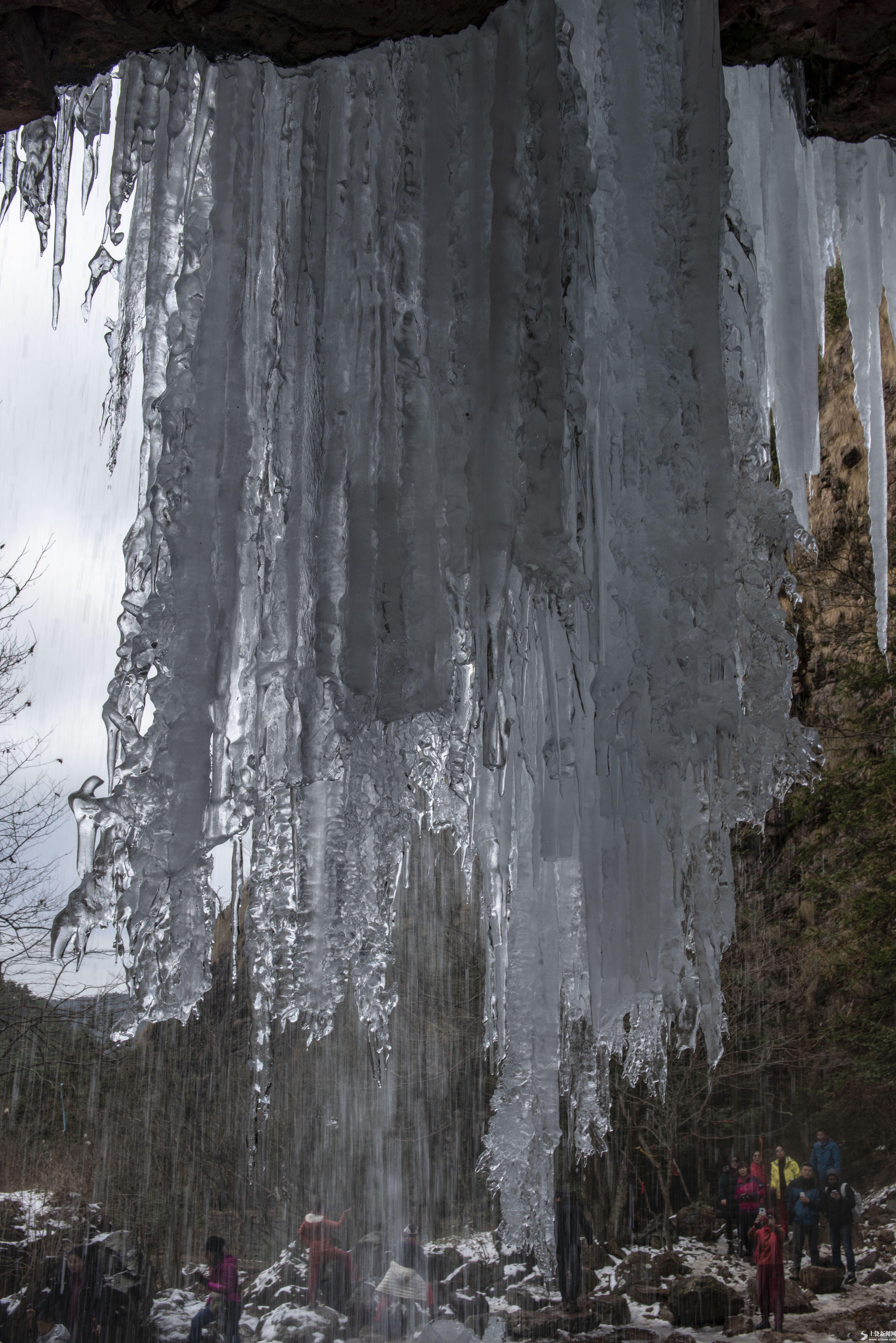 冰瀑引游人