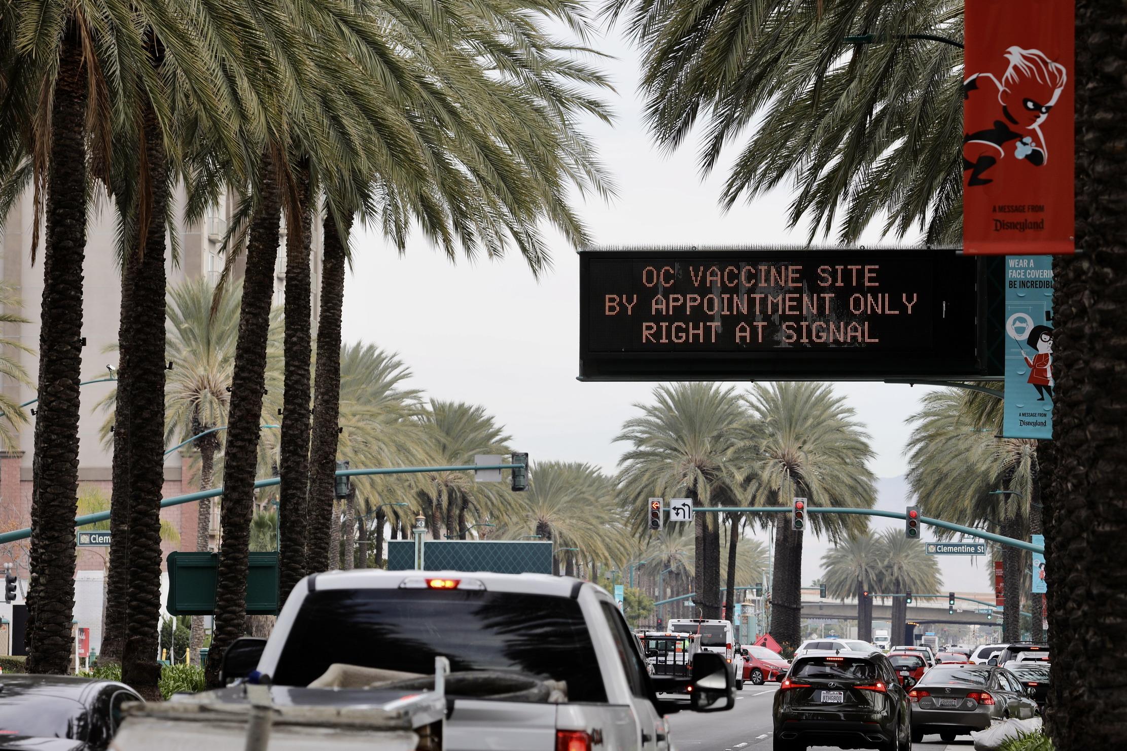 """加州迪士尼乐园停车场""""变身""""疫苗接种场所"""