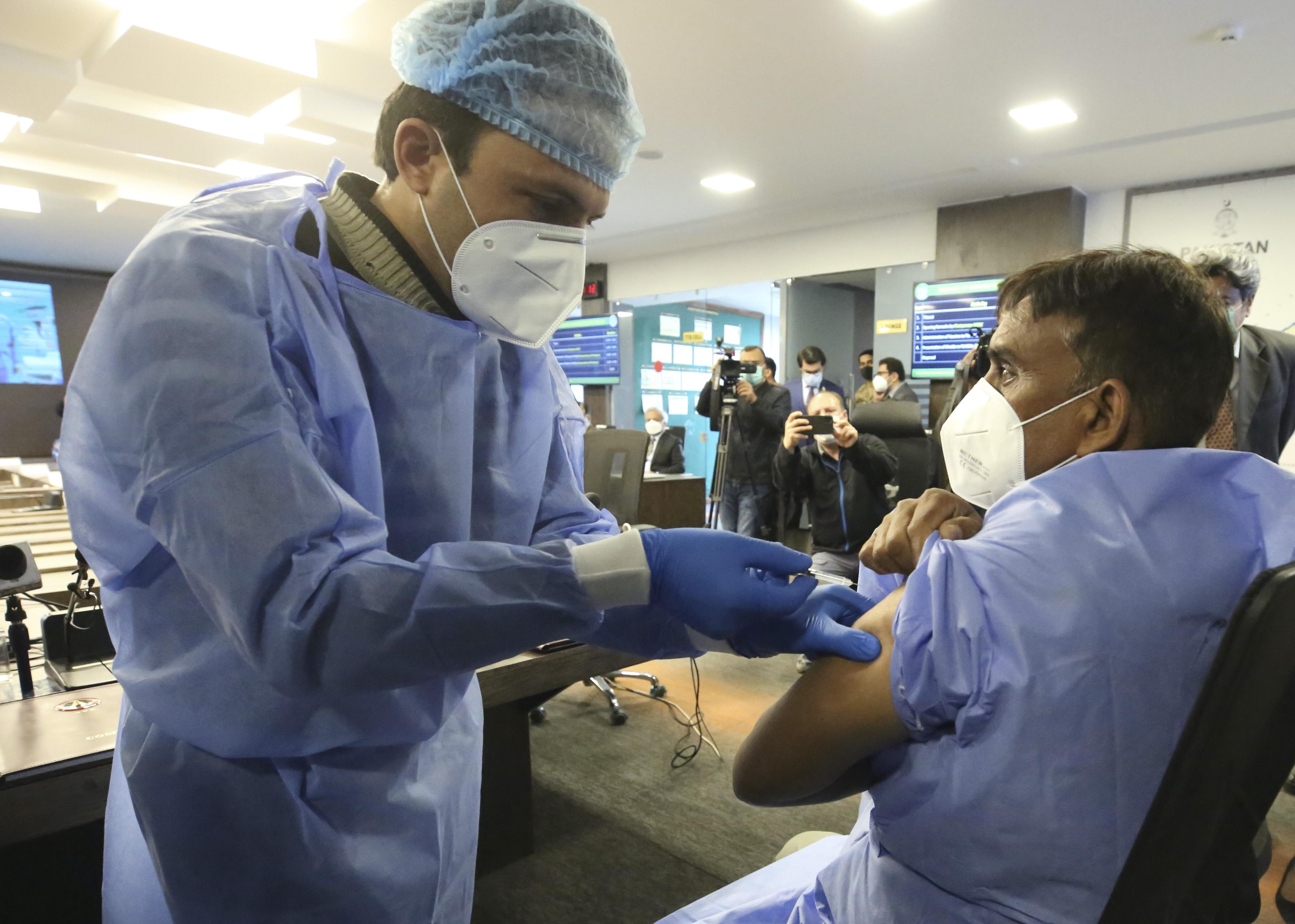 巴基斯坦正式开始为医务人员接种新冠疫苗