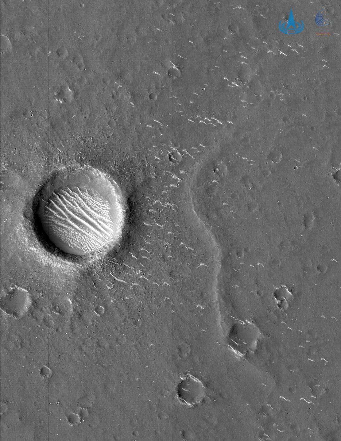 """国家航天局发布""""天问一号""""探测器拍摄的高清火星影像图"""