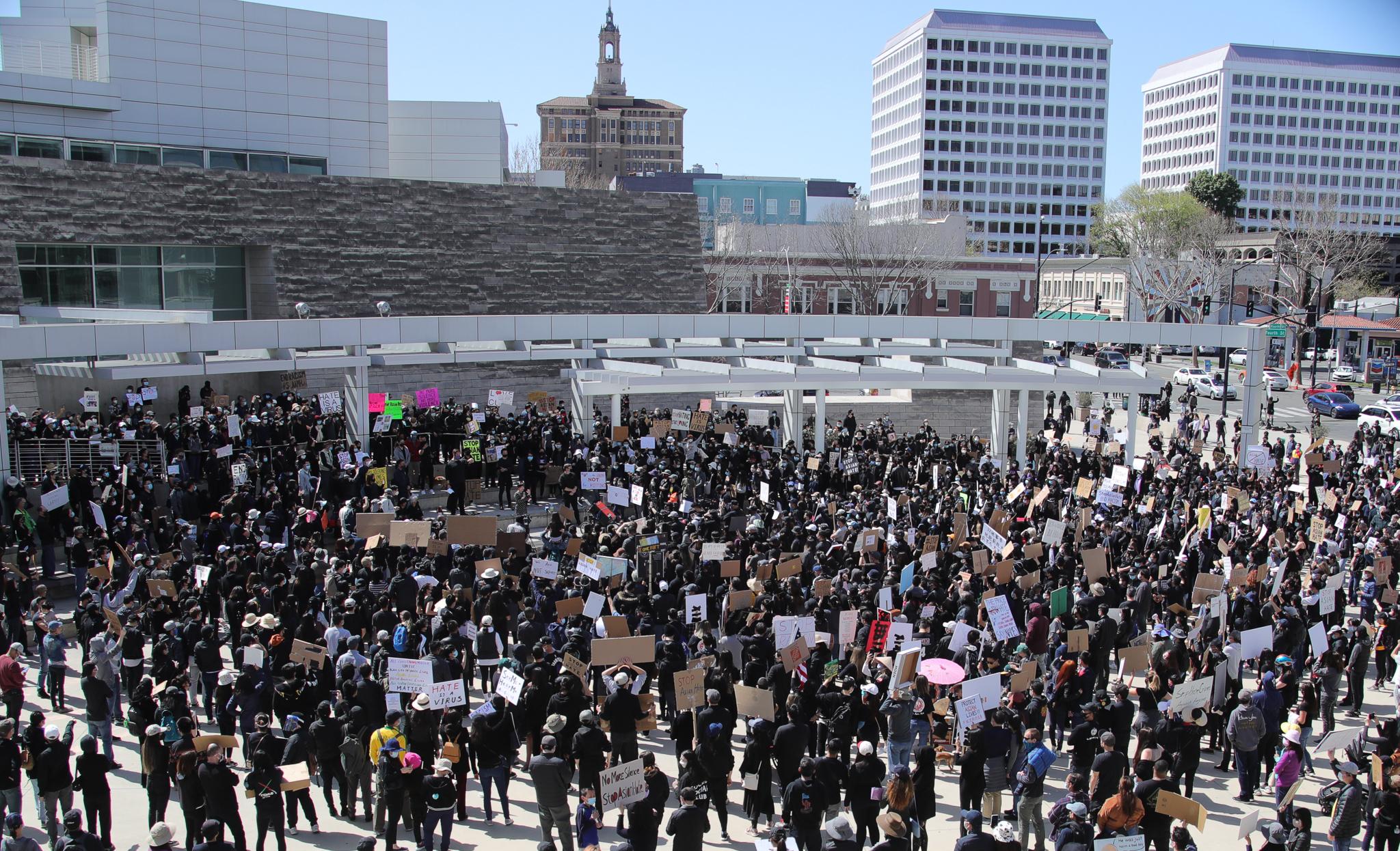 美国旧金山湾区民众集会抗议针对亚裔的歧视行为和仇恨犯