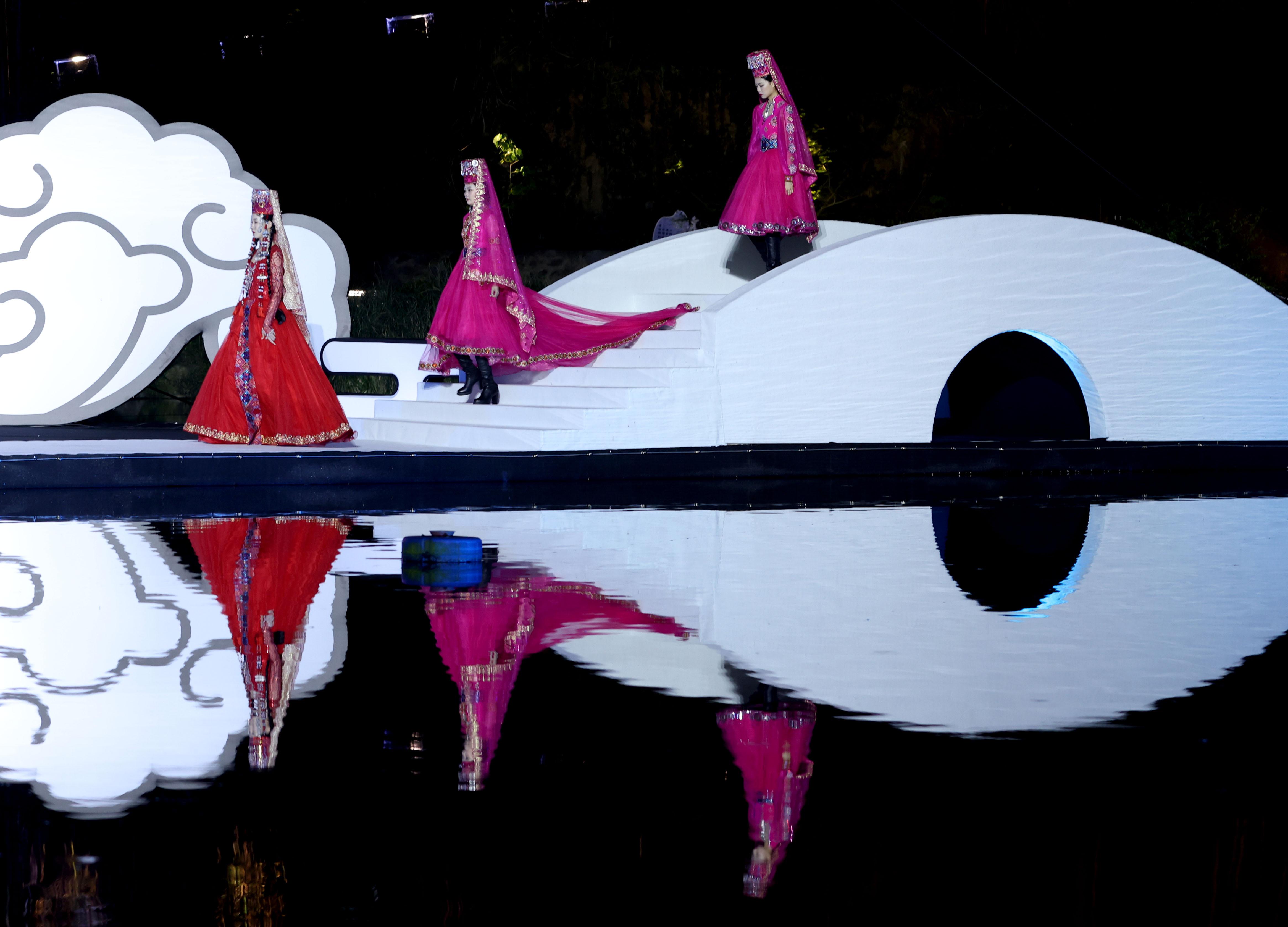 中国(浙江)民族服饰设计展演在浙江桐庐举行