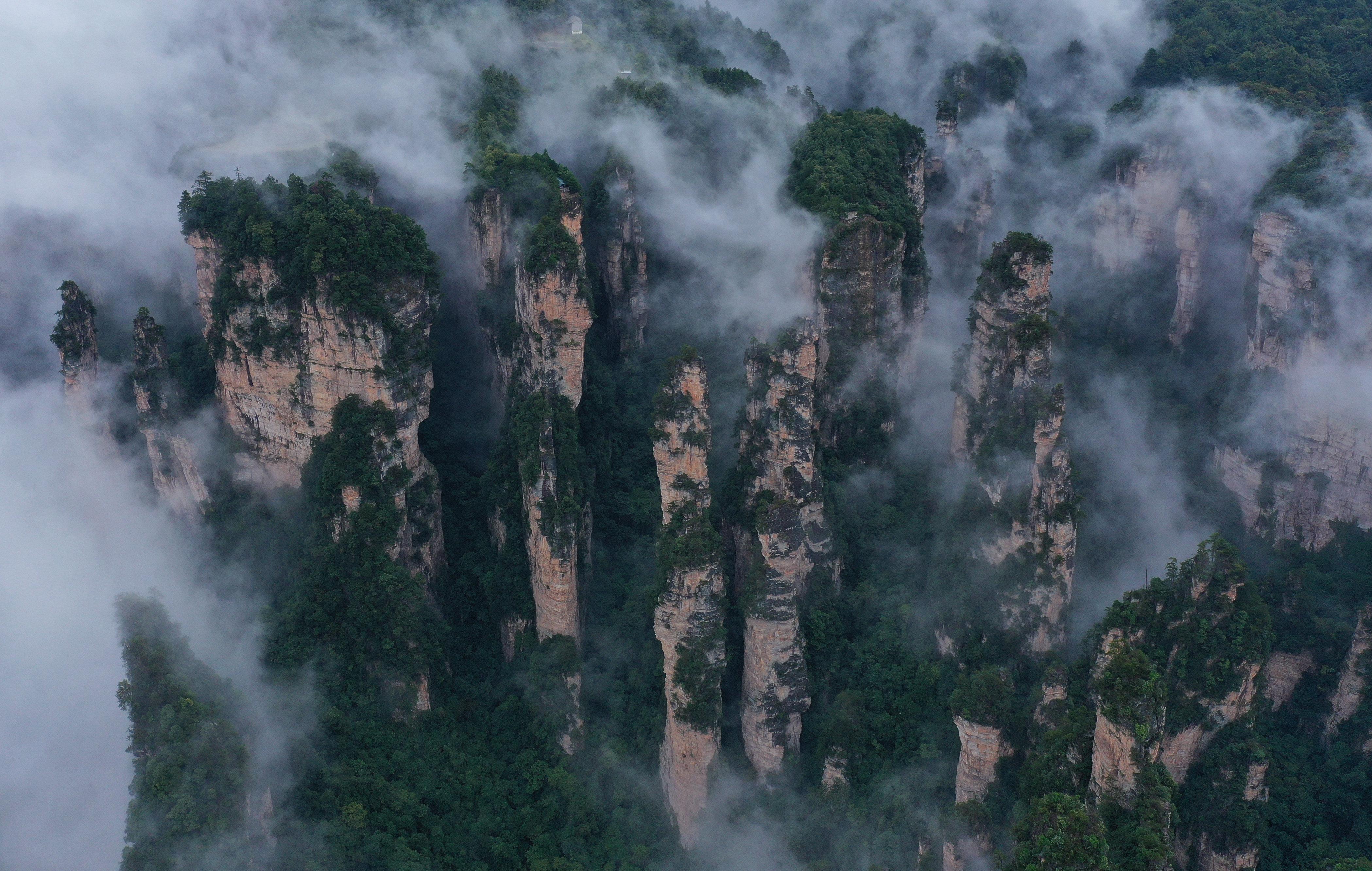 秋日云雾绕峰林